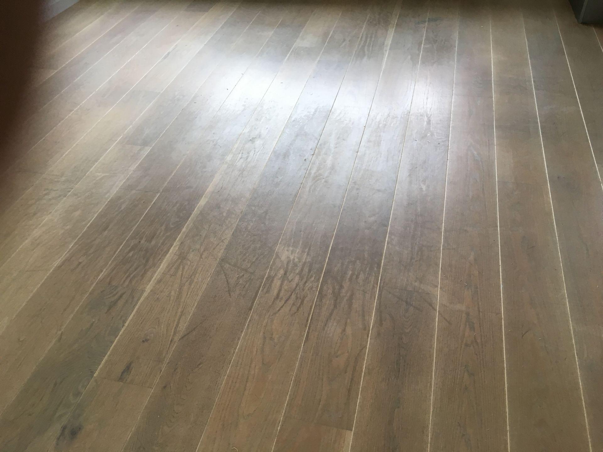 Beschadigde zeer verweerde vloer schuren en olien rubio monocoat kleur smoke.