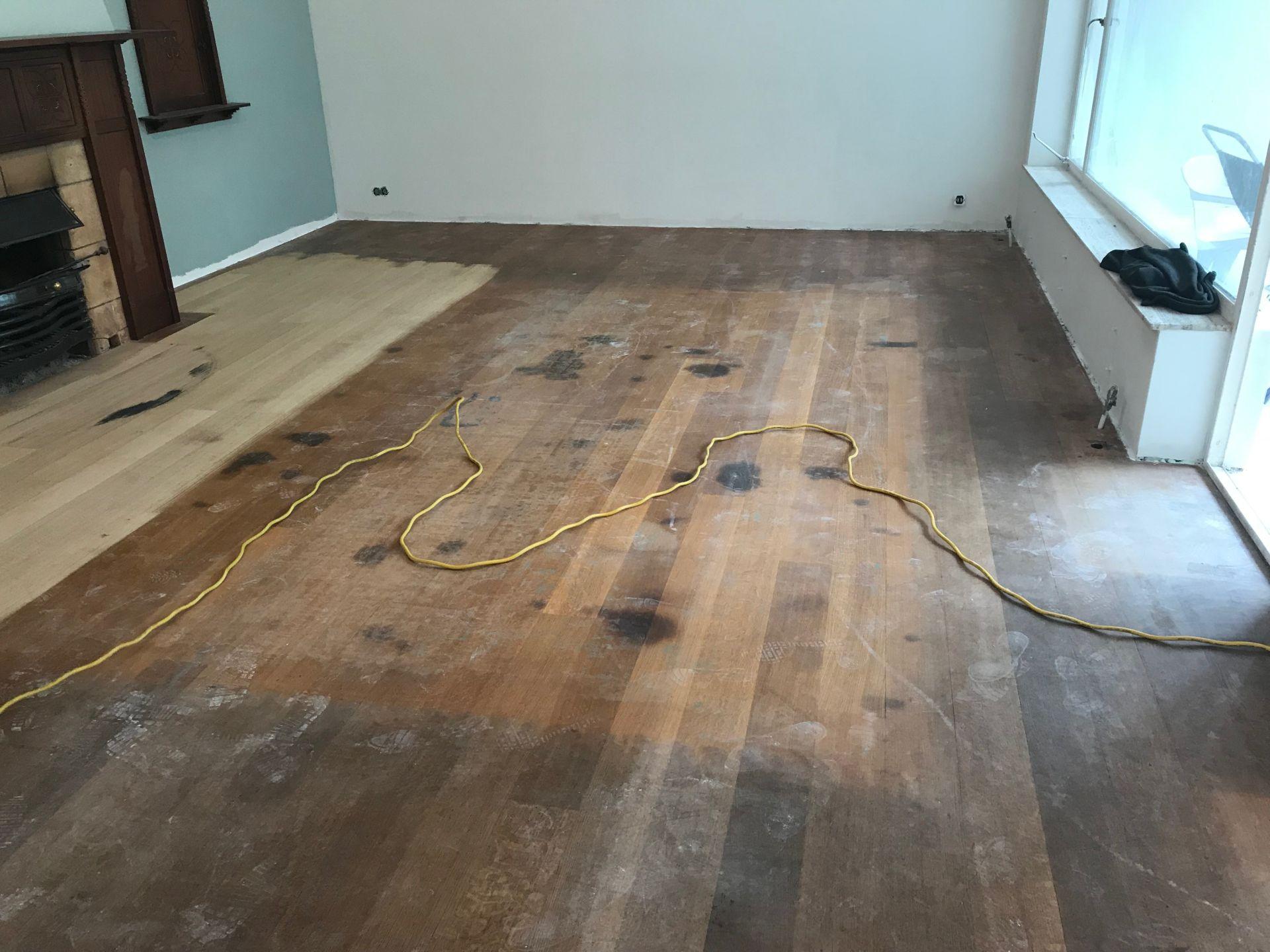 Zeer verweerde vloer met zwarte plekken schuren, borstelen en olien met rubio monocoat kleur smoke.